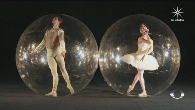 bailarines en burbujas representan el distanciamiento social por covid