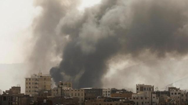 Coalición liderada por Arabia Saudita bombardea objetivos hutíes en Yemen (Reuters)