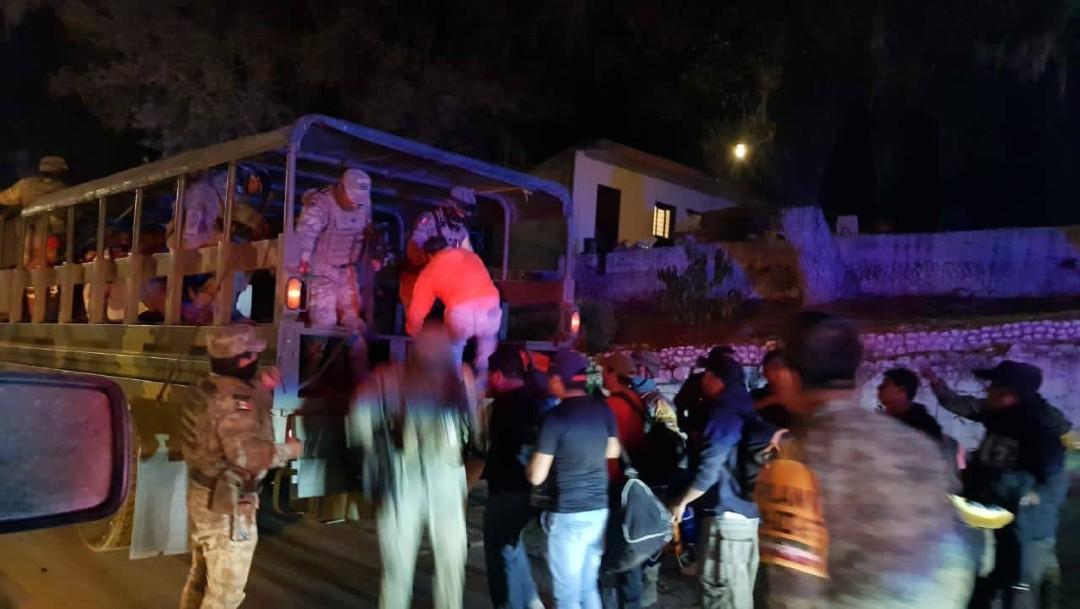 Decenas de evacuados por rápido avance de incendio forestal en Sierra de Santiago