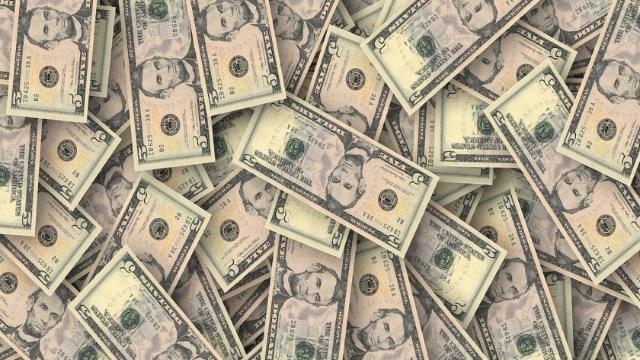 Dólar cierra a 21.12 con un peso que cae ante rendimientos de bonos estadounidenses