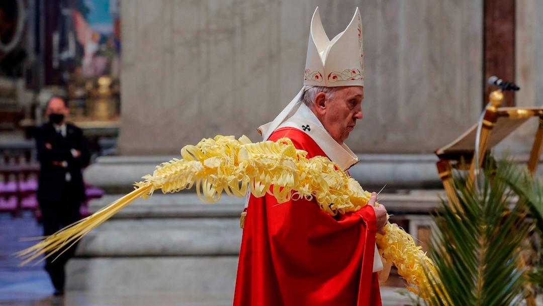 El papa Francisco se dispone a oficiar la misa del Domingo de Ramos en la basílica de San Pedro del Vaticano (EFE)