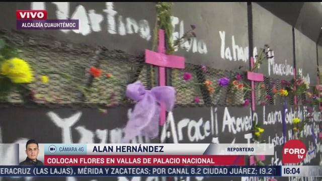 feministas colocan flores y pintan vallas en palacio nacional