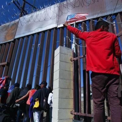 Migrantes en la valla fronteriza México-Estados Unidos en Tijuana, México (Getty Images, archivo)