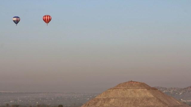 Hombre queda colgando de canastilla de globo aerostático en Teotihuacán
