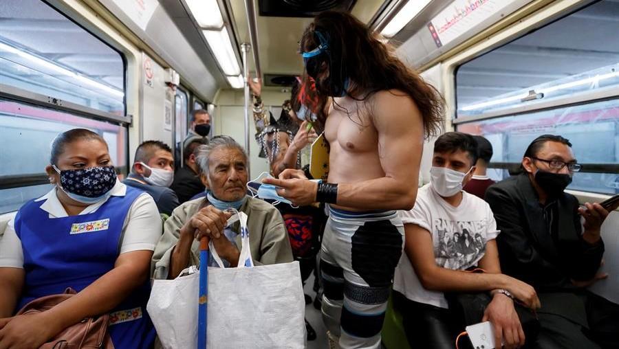 Luchadores noquean al COVID-19 en el Metro de la CDMX y obligan a pasajeros a usar el cubrebocas