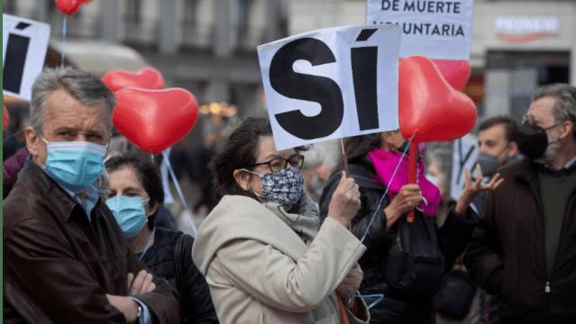 Manifestantes a favor de la eutanasia en Madrid