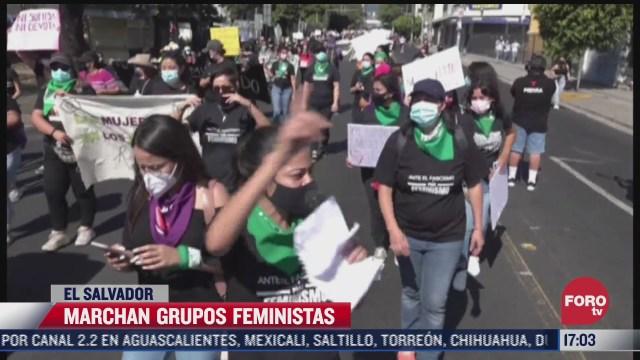 marchan grupos feministas en el salvador