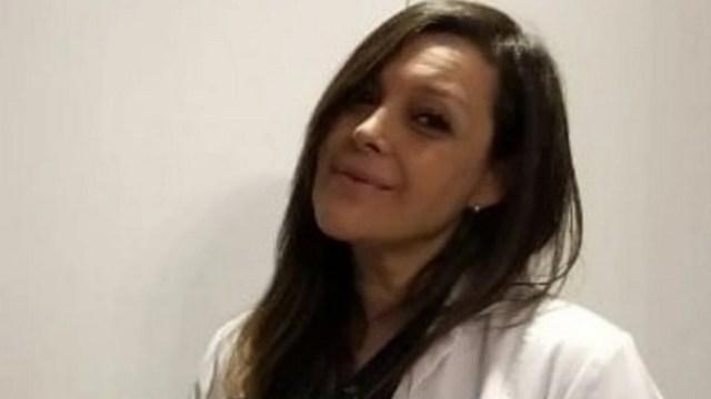 El adiós de un hijo a su madre médica fallecida por COVID-19