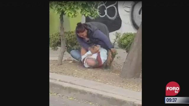 mujer golpea a hombre de la tercera edad en plena calle