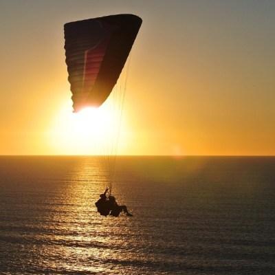 Niño cae de paracaídas tras corriente de viento en Puerto Vallarta