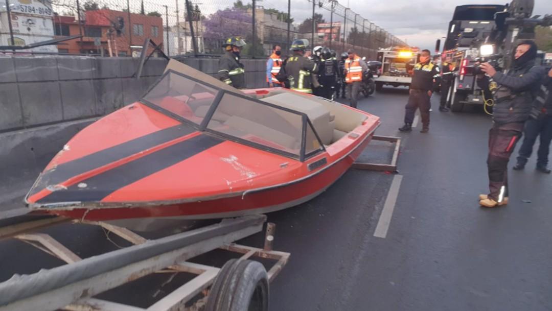 Autoridades remolcan una lancha en calles del CDMX (Twitter: @Bomberos_CDMX)