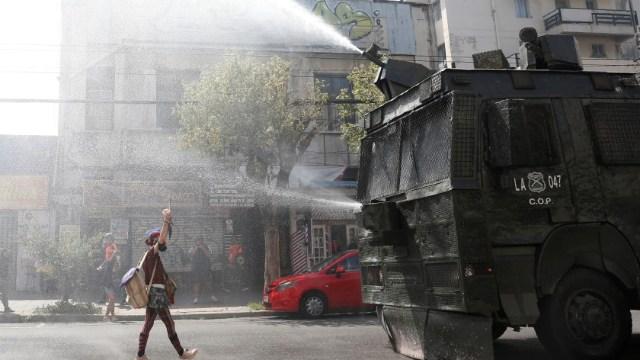 Dispersan-manifestación-de-mujeres-en-Chile