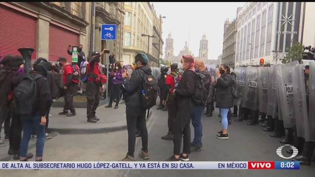 Feministas se enfrentan con policías en el Zócalo de la Ciudad de México