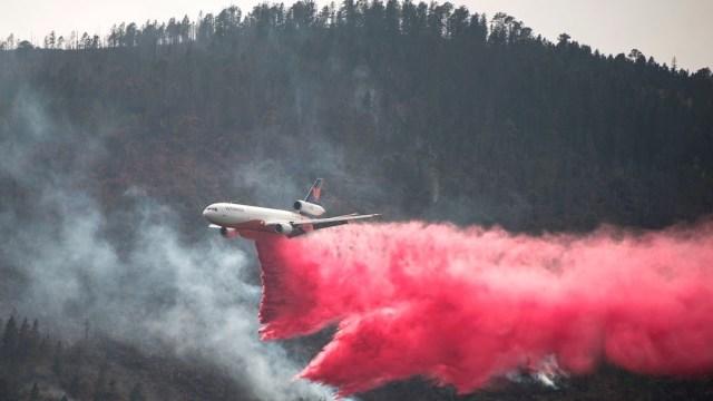 Un avión D10, durante el combate del incendio forestal en el lugar el Baratillo en el municipio de Arteaga Coahuila (EFE)