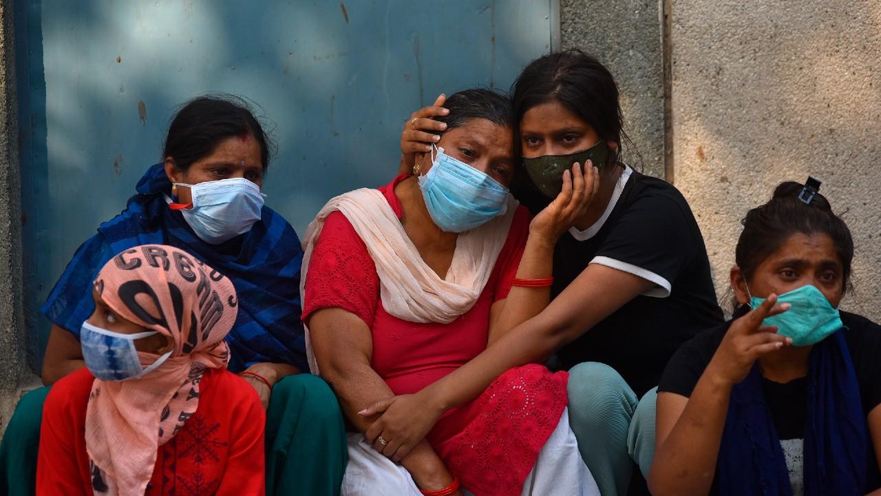 Dramáticas imágenes tras contagios y muertes por COVID en India, crisis se agrava con otro récord