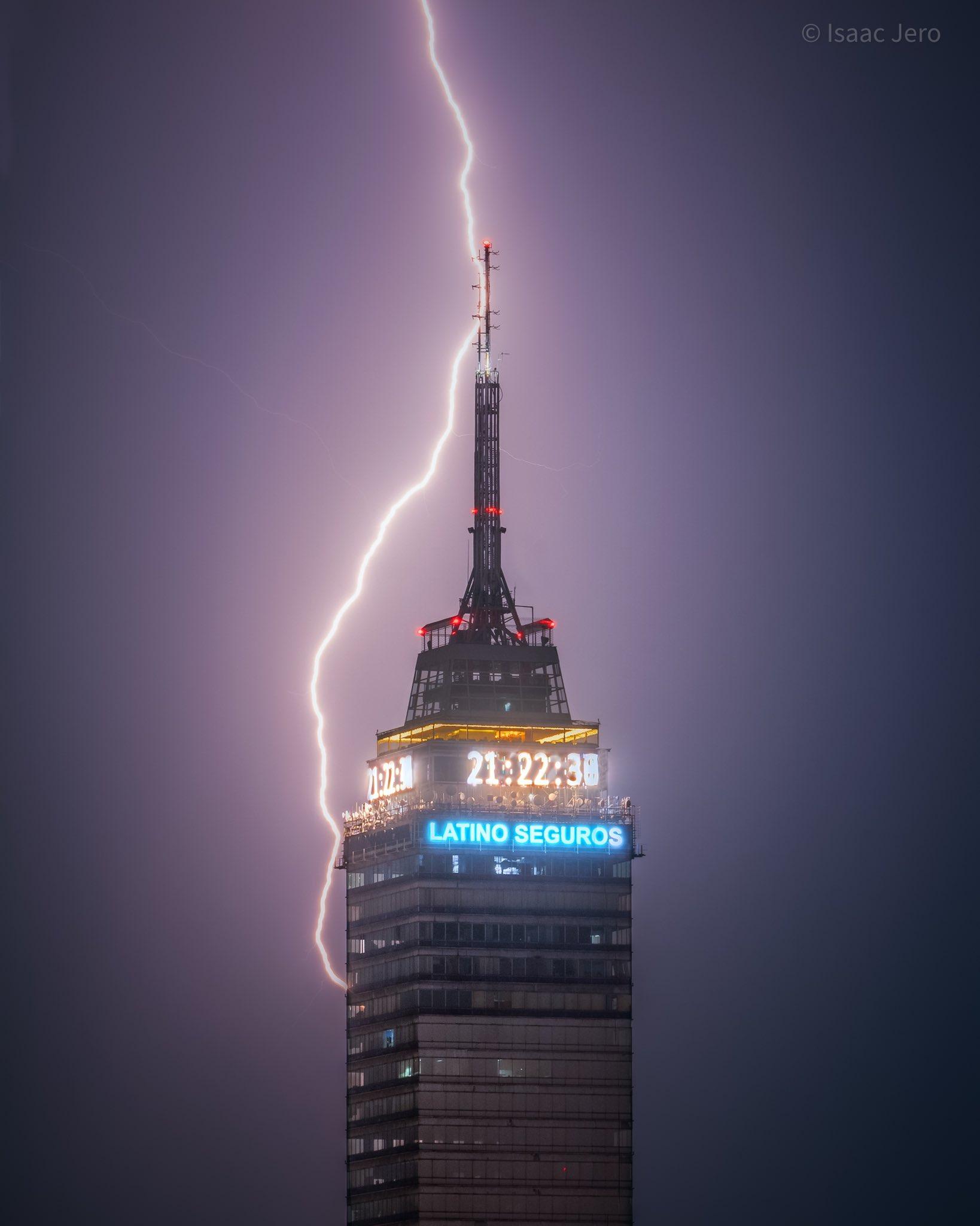 Usuario comparte foto de relámpago en Torre Latino