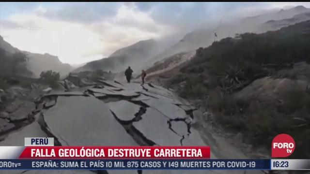 falla geologica destruye carretera en peru