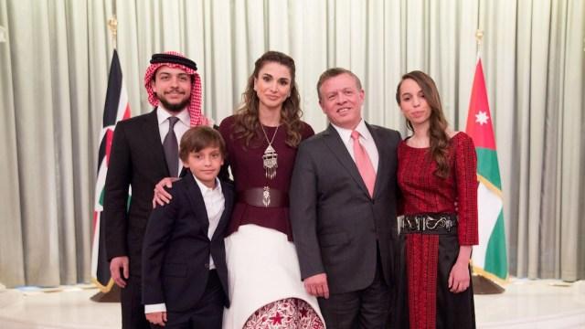 El rey Abdullah II de Jordania y su familia, el príncipe heredero Al Hussein bin Abdullah II (extremo izquierda)(Getty Images)