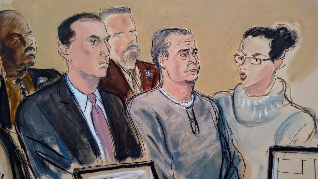 Boceto del juicio contra el exsecretario de Seguridad Pública de México Genaro García Luna (c), en el que se ve acompañado por su abogado (i)