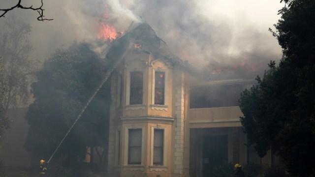 Incendio destruye edificios de la histórica de Universidad de Cabo en Sudáfrica