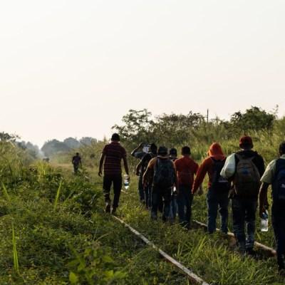 Un grupo de migrantes hondureños retoma su camino sobre las vías del tren desde la estación de trenes Chontalpa, Chiapas