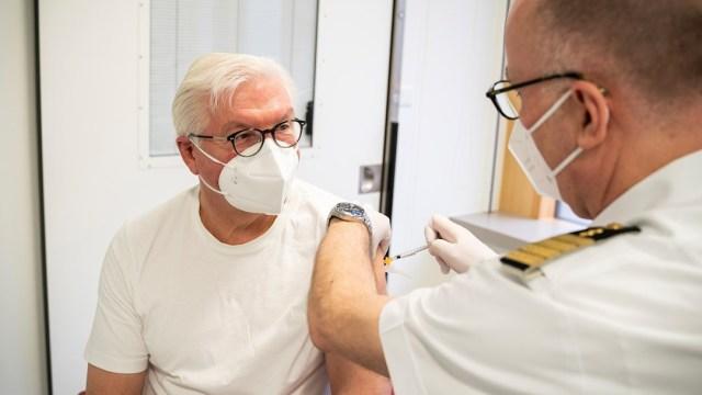 El presidente de Alemania, Frank-Walter Steinmeier, es vacunado con la inyección de AstraZeneca contra la COVID-19