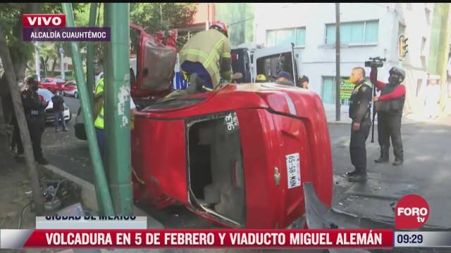 rescatan a hombre que quedo prensado tras volcar automovil en cdmx