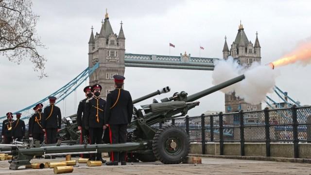 En Londres, baterías dispararán 41 rondas como señal de respeto al Duque de Edimburgo tras su muerte (Getty Images)