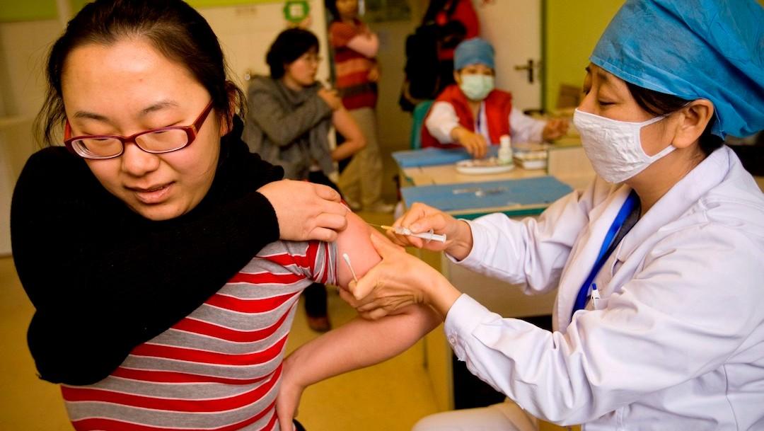 Una enfermera suministra una vacuna COVID-19 de China (EFE)