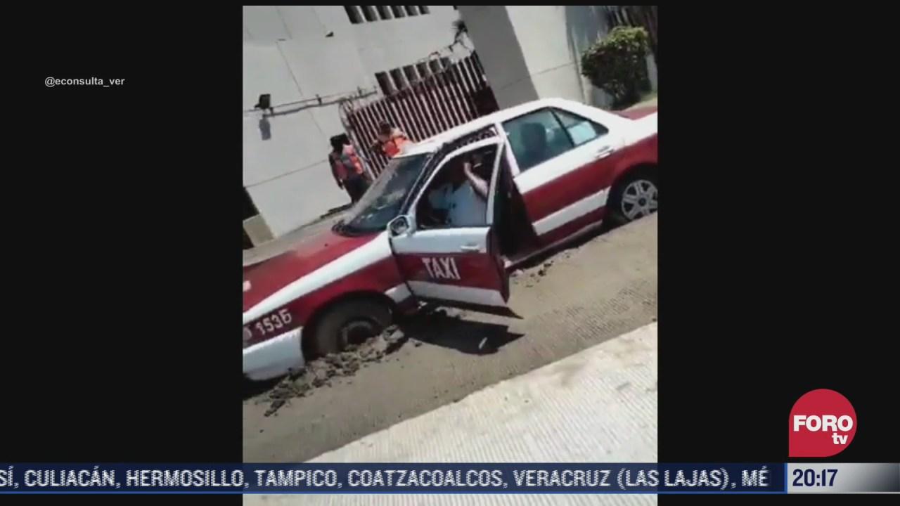 taxi queda atrapado en cemento fresco tras pavimentacion de calle
