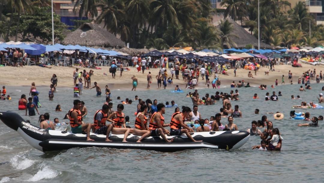 Turistas abarrotan las playas de Acapulco, muchos ignoran protocolos antiCOVID