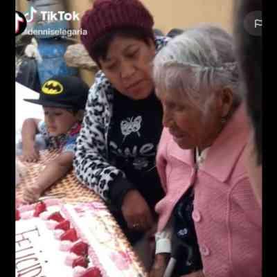 Empujan a abuelita contra pastel de Día de las Madres