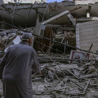 Un palestino observa los destrozos en la vivienda de una familia después de un ataque aéreo israelí en la Franja de Gaza