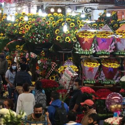 Cientos de personas llena el Mercado de Jamaica previo al día de Madres