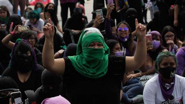 Colectivos feministas marchan al Zócalo capitalino en el marco del día de las madres