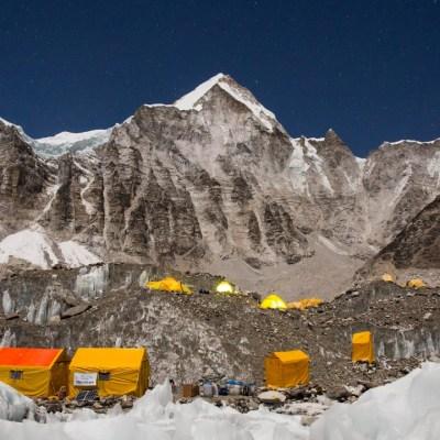 Dos alpinistas, un estadounidense y un suizo, mueren en el Everest