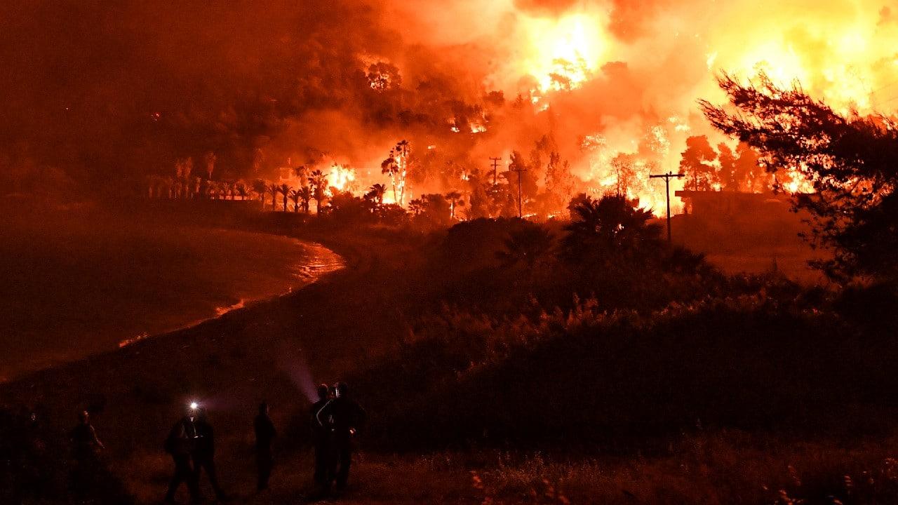 Evacuados varios pueblos en Grecia por incendio forestal.