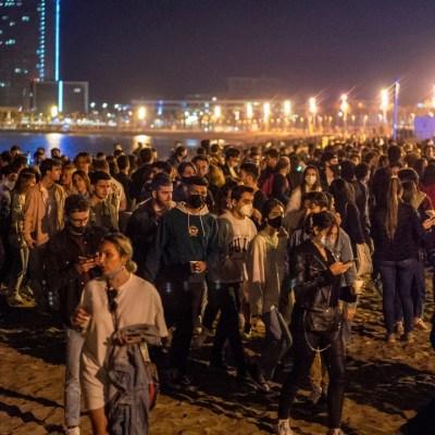 Noche de fiestas en España para celebrar el fin del estado de alarma por COVID-19