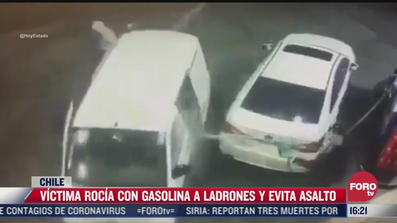 hombre evita asalto rociando a ladrones con gasolina