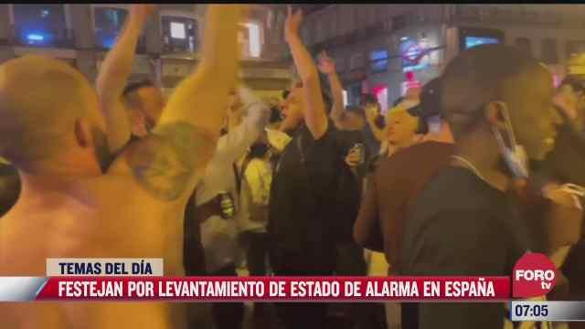 jovenes festejan el fin de las restricciones sanitarias por covid 19 en espana