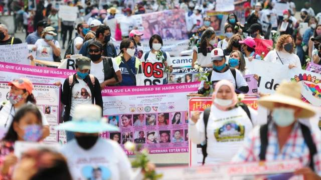 Madres de desaparecidos se manifiestan en el Zócalo para exigir justicia