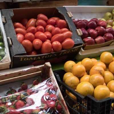 Las frutas son alimentos predilectos de esta mosca (Cuartoscuro)