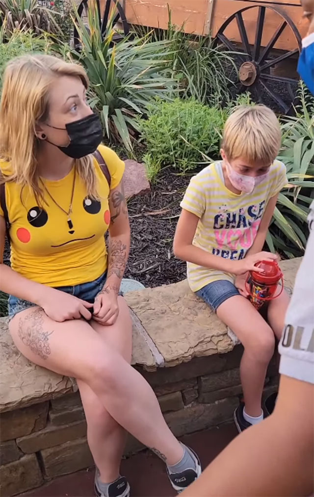 "Video: policías de Six Flags amenazan a mujer por usar ""shorts muy cortos""_01"