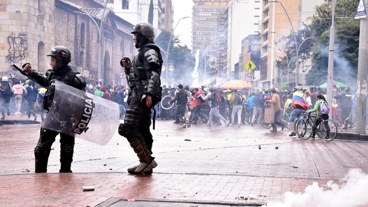 Policías antidisturbios dispersan a manifestantes contra reforma fiscal propuesta por la administración de Duque (Getty Images)