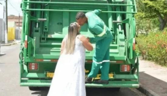 Pareja toma fotos para su boda en un camión de basura
