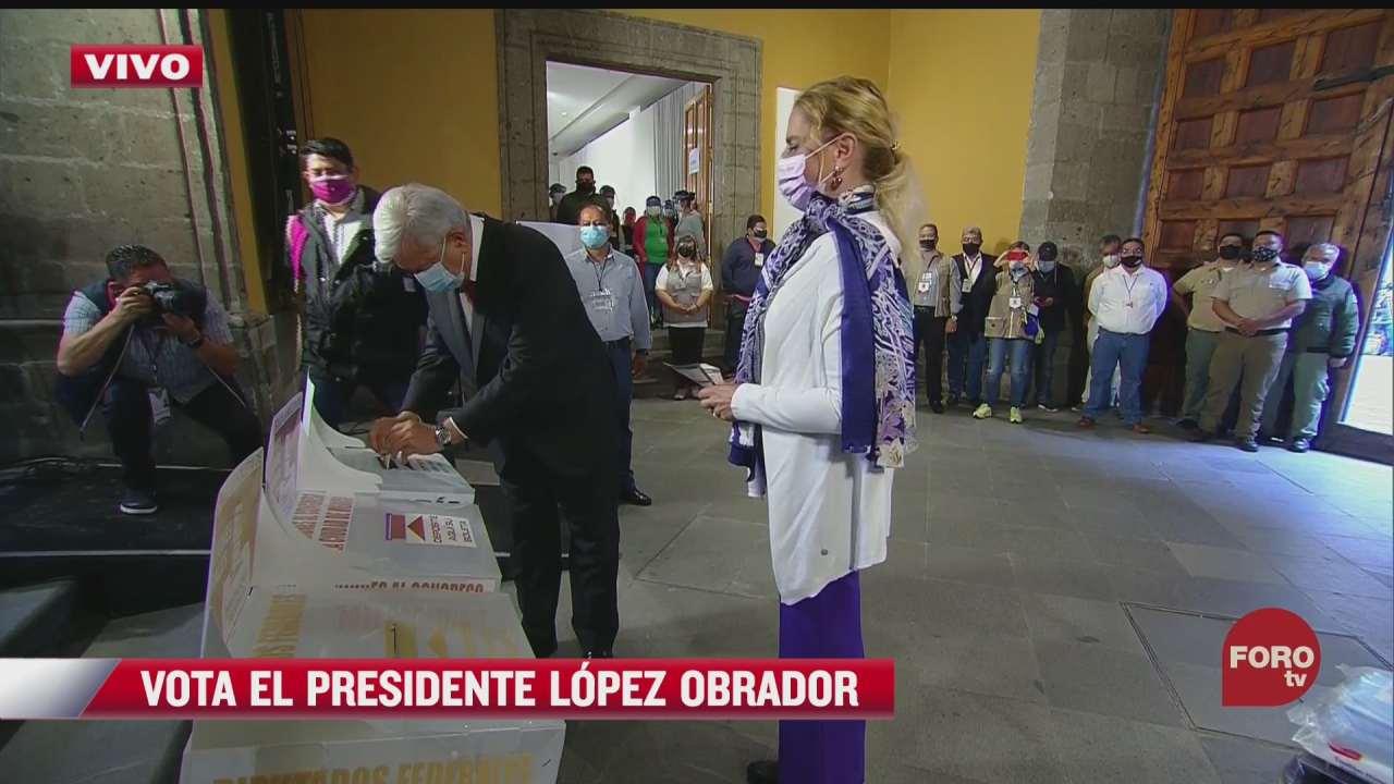 amlo y su esposa emiten su voto en elecciones