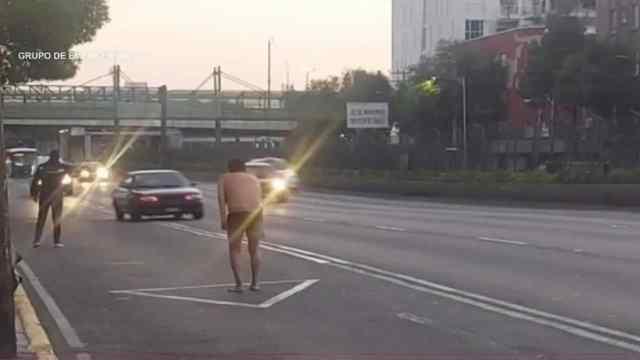 Un hombre en ropa interior fue captado haciendo señales en CDMX (FOROtv)