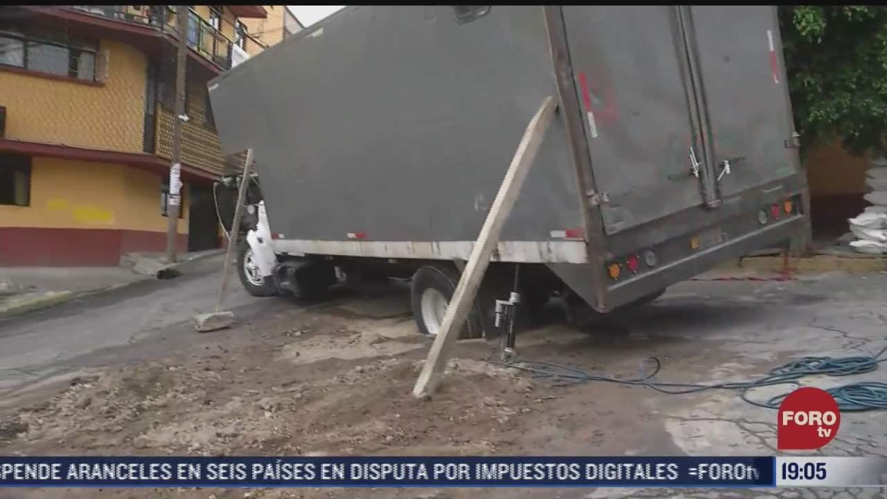 camion con cargamento de ocho toneladas cae en socavon