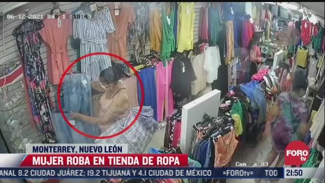 captan el momento que una mujer roba ropa