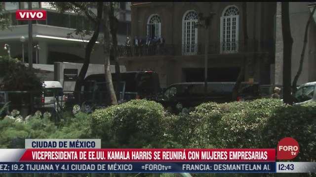 kamala harris llega al hotel donde se hospeda durante su visita a mexico
